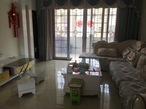 出售学府商街4室2厅2卫150平米108万住宅